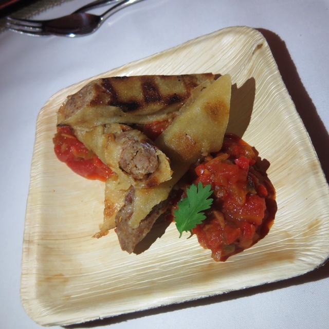 Bacon Goodness Bratwurst im Brickteig mit Paprika Salsa auf gegrillten Apfelscheiben
