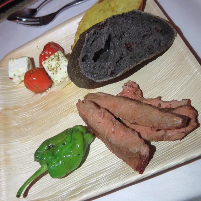 Mit Whisky Flambiertes Flat Iron Steak, geschmorte Tomaten, Piementos de Padron, Schafskäse von der Planke und eine Brotspezialität