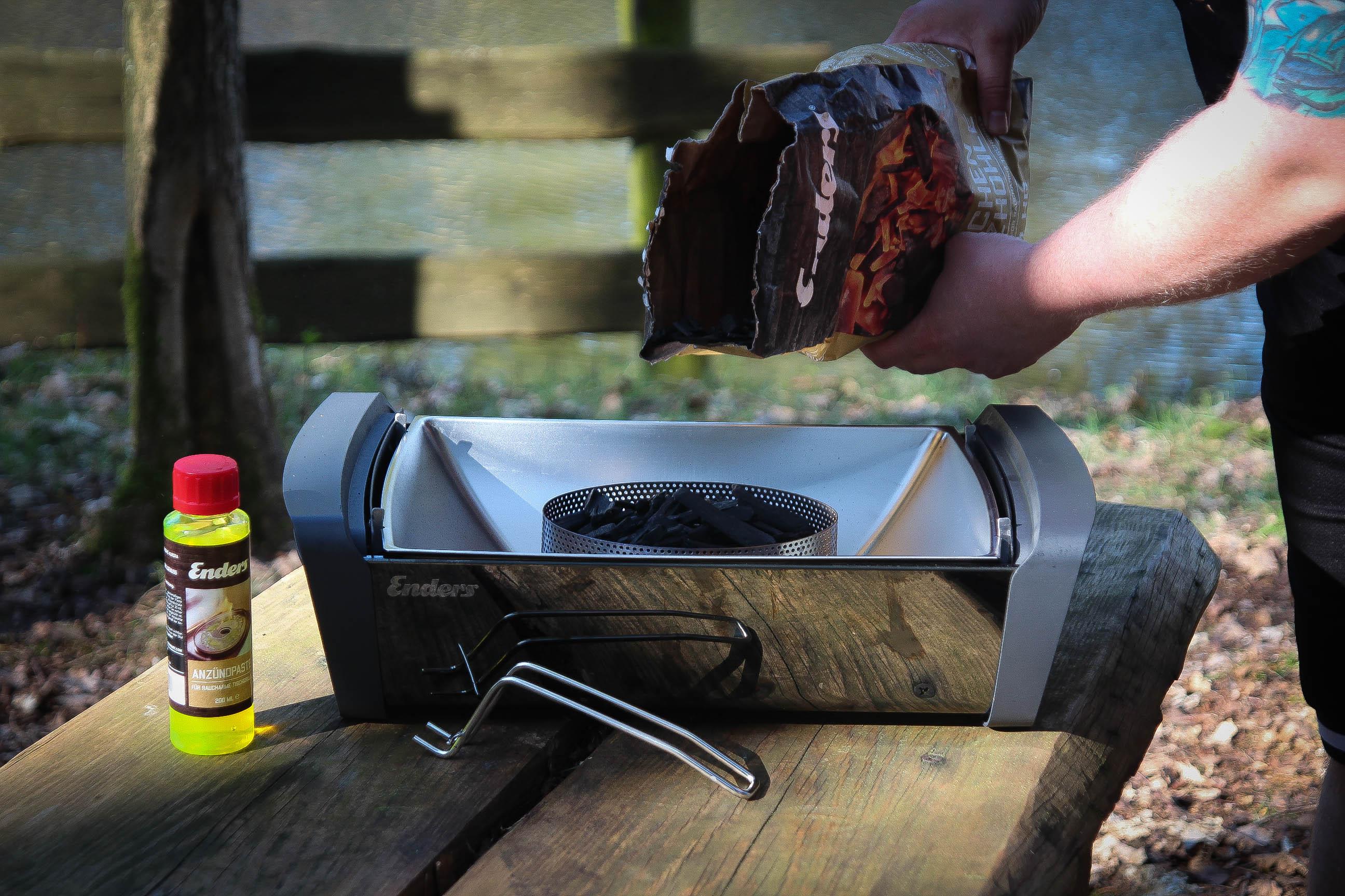 Kohlekorb befüllt auf die Brennpaste stellen