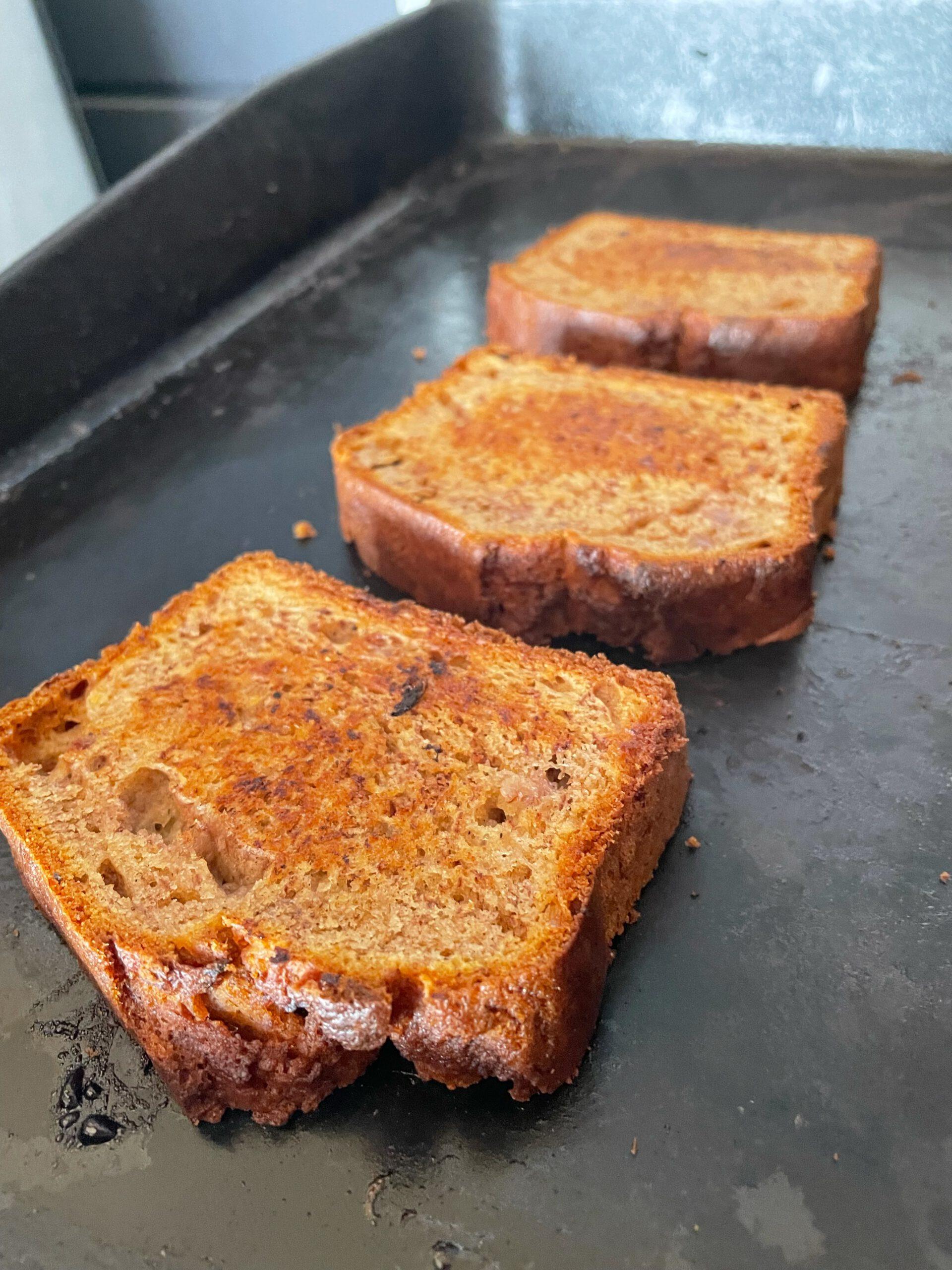 Scheiben vom Brot auf der Plancha angrillen